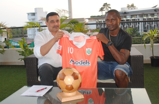 SCG President Peter Vaz presents the SCG jersey to Odafa after completing the signing.